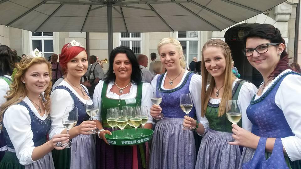 Das Weinwochen Dirndl Alice mit steirischen Hoheiten